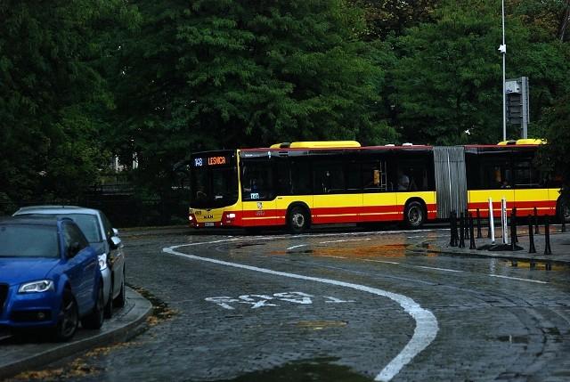 Zadaniem buspasów jest przyspieszenie komunikacji publicznej. Od niedzieli na fragmencie ul. Podwale autobusy mają swój wydzielony pas ruchu. Kierowcy MPK od rana przyzwyczajali się do takiego pokonywania zakrętu, żeby nie ścinać łuku. Wychodziło to z różnym skutkiem.