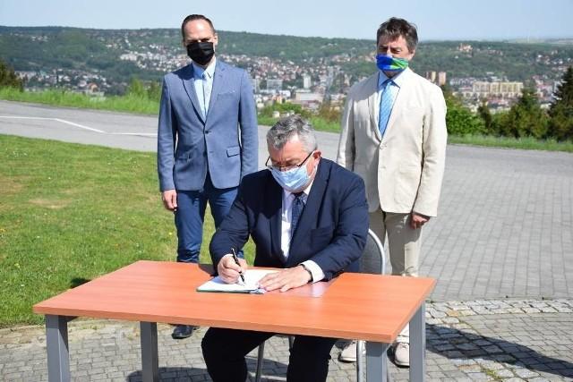 Decyzję o rozpoczęciu inwestycji w poniedziałek ogłosił w Przemyślu Andrzej Adamczyk, minister infrastruktury. Zachodnia obowdnica Przemyśla ma być gotowa do 2028 roku.