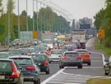 MPK Poznań: Na ul. Hlonda spadł znak drogowy. Tworzą się ogromne korki, autobusy jeżdżą objazdami