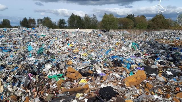Tak wygląda składowisko nielegalnych odpadów komunalnych pod Lipnem