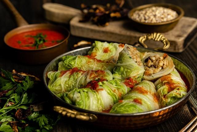 Gołąbki z kaszą pęczak i grzybami w liściach kapusty pekińskiej to pomysł na bezmięsny obiad. Zobaczcie przepis!