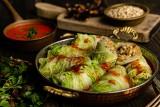Pomysł na obiad. Gołąbki z kaszą pęczak i grzybami w liściach kapusty pekińskiej [PRZEPIS]