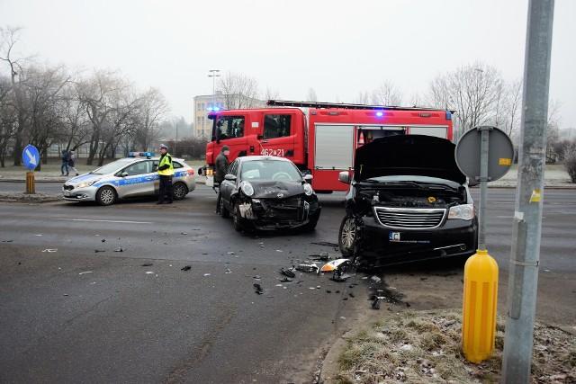 Przed godziną 8 na skrzyżowaniu alei Kopernika i ulicy Sikorskiego w Inowrocławiu doszło do wypadku. Zderzyły się dwa samochody osobowe: nissan i chrylser. Jak informuje nas Izabella Drobniecka z inowrocławskiej policji, kobieta trafiła do szpitala. Droga jest już przejezdna.