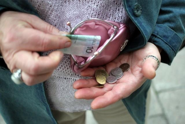 """Niebawem wypłacana będzie trzynasta emerytura, co z pewnością cieszy wielu Polaków. Wprawdzie kwota """"trzynastki"""" w 2021 roku może nieco zaskakiwać, dodatkowe pieniądze zawsze się przydadzą. Okazuje się jednak, że nie każdy otrzyma 13. emeryturę. W programie Emerytura Plus przewidziano bowiem pewne wyjątki. Kto zatem nie dostanie pieniędzy z trzynastej emerytury? Co jeszcze trzeba wiedzieć o tym świadczeniu z ZUS? Sprawdźcie w dalszej części galerii!Czytaj dalej. Przesuwaj zdjęcia w prawo - naciśnij strzałkę lub przycisk NASTĘPNEPOLECAMY TAKŻE: Jak podwyższyć emeryturę? Poznaj najlepsze sposobyWaloryzacja emerytur 2021. Emeryci dostaną więcej od ZUS?"""