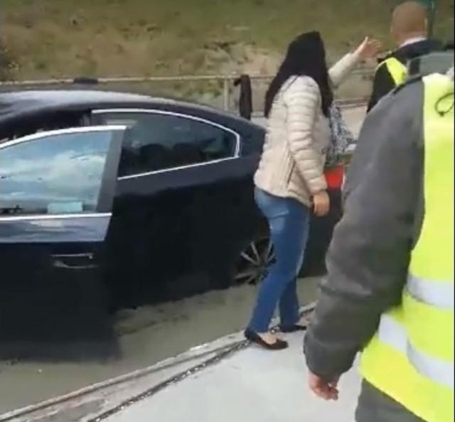 Sytuację nagrał jeden ze świadków. Widać na filmiku, jak samochód stoi zakopany po ośki w świeżymm betonie. Po głośnej wymianie zdań z ekipą budowlaną, kobieta szczęśliwie wyjeżdża.