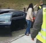 Sosnowiec: auto wjechało w świeżo wylany beton na torowisku tramwajów. Nie zauważyła znaku? ZOBACZCIE