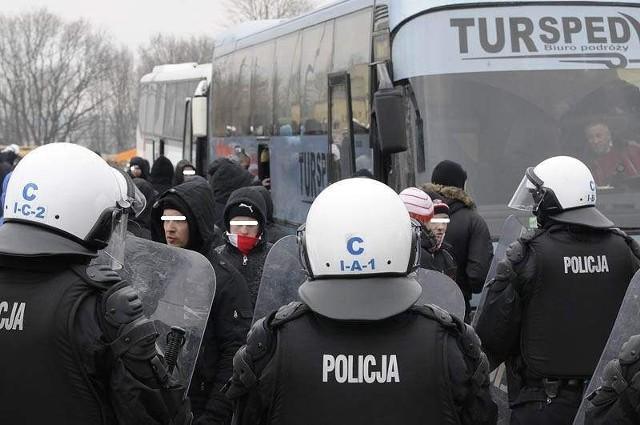 Po meczu jeden z policjantów został prawdopodobnie rzucony kamieniem, a innego znieważono.