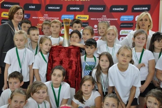 Młodzi sportowcy z Kluczborka najpierw rywalizowali w turnieju Kids Athletics, w nagrodę mogli zrobić zdjęcie z siatkarskim  pucharem świata, wywalczonym w tym roku przez reprezentację Polski.