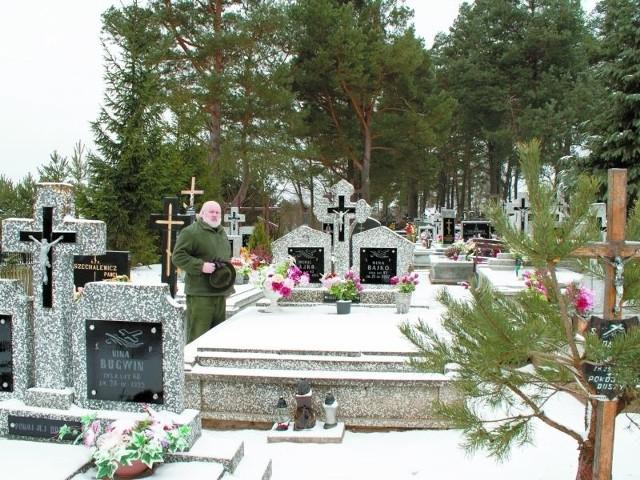 Autor artykułu na białowieskim cmentarzu.