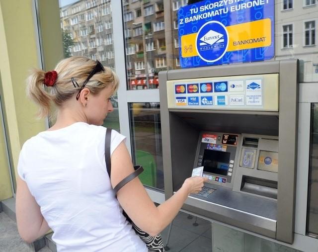 Klientów Banku Millennium, którzy korzystają z bankomatów sieci Euronet czeka niemiła niespodzianka. Każda wypłata gotówki kosztuje ich teraz 5 zł. Lepiej korzystać więc z innych bankomatów.