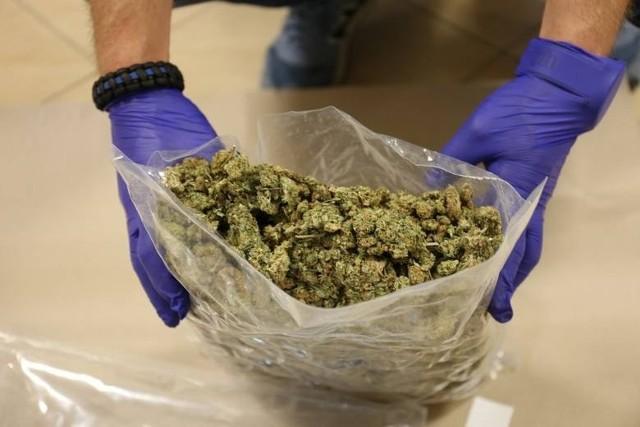 Wśród znalezionych w mieszkaniu 27-latka narkotyków było ponad 60 kilogramów marihuany.