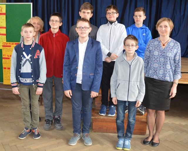Laureaci konkursów wraz z nauczycielkami matematyki
