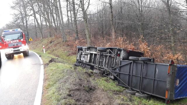 We wtorek około godziny 8 doszło do kolizji w Przęsinie na drodze krajowej nr 20. Kierowca samochodu z przyczepą stracił panowanie nad pojazdem i wylądował w rowie. Auto przewróciło się na bok. Kierowcy nic poważnego się nie stało.