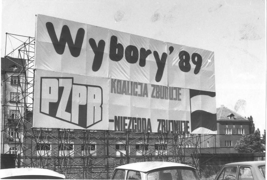 Wrocław 01-06-1989. Hasła wyborcze na ulicach Wrocławia