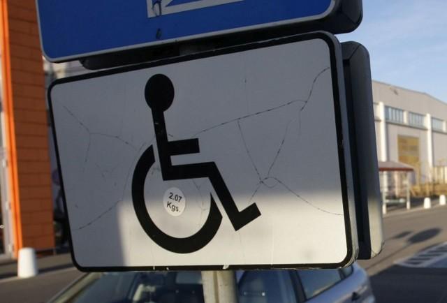 Kilka dni temu przyjechał do Starostwa Powiatowego w Sokółce, aby odebrać kartę parkingową przysługującą jego chorej żonie.