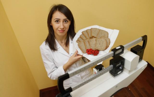 - Korzystny dla zdrowia jest chleb żytni razowy, zawiera najwięcej błonnika i składników odżywczych, m.in. żelaza i witamin z grupy B - mówi Justyna Cichocka, dietetyk z Centrum Dietetycznego Naturhouse z Rzeszowa.