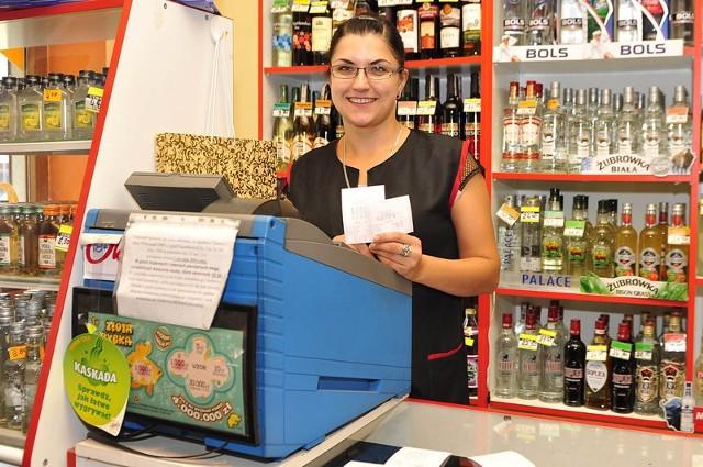 - To miła niespodzianka, że nasz lottomat przyniósł komuś szczęście. Mamy stałych klientów, którzy regularnie kupują u nas losy, ale nie mam pojęcia, który z nich otrzyma taką kwotę – mówi ze śmiechem Agnieszka Suwała, ekspedientka ze sklepu przy ulicy Reja w Radomiu.
