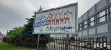 """Katowice. Ostatnia prosta """"na cmentarz""""! Skandaliczny napis na billboardzie z polskimi siatkarzami zachęcającym do szczepień na COVID-19"""
