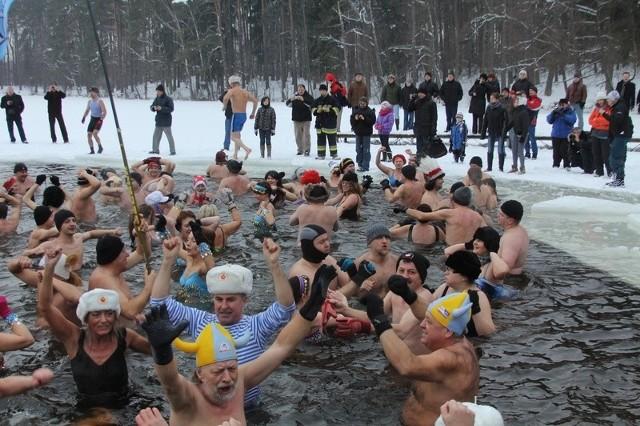 Taki mróz, a oni się kąpią w jeziorze