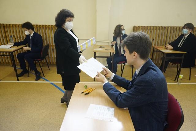 Na złożenie wniosku o wgląd do pracy egzaminacyjnej uczniowie mają 6 miesięcy licząc od dnia ogłoszenia wyników. Muszą w tym celu zwrócić się do Okręgowej Komisji Egzaminacyjnej. W przypadku kujawsko-pomorskiego jest to OKE w Gdańsku