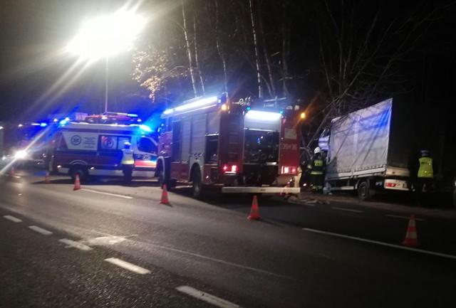Do groźnego zdarzenia doszło w środowy wieczór na ulicy Gdańskiej w Koszalinie. W zderzeniu busa z drzewem ucierpiała jedna osoba. Do kolizji doszło na DK6 w kierunku na Sianów. Kierujący busem zjechał na pobocze i uderzył w przydrożne drzewo. Jak nas poinformował oficer dyżurny komendy straży pożarnej w Koszalinie w zdarzeniu poszkodowana została jedna osoba.