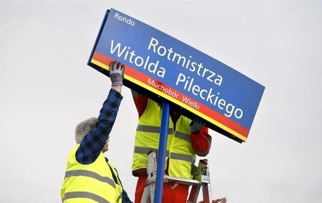 """We Wrocławiu mamy blisko 2500 różnych nazw ulic, placów, skwerów czy rond. Mniej więcej co czwarta nazwa (24,1 proc) pochodzi od nazwiska zasłużonej osoby, ponad 20 proc. to nazwy tzw. geograficzne, ale największą część - ponad 37 proc. stanowią nazwy określone przez statystyków jako """"pozostałe"""". Nazw ulic, nowych rond i skwerów ciągle przybywa. O powstaniu kolejnych 8 zadecydowała ostatnio Rada Miejska Wrocławia. Nowe nazwy weszły w życie od 16 lipca. Zobaczcie, gdzie znajdują się te miejsca we Wrocławiu.ZOBACZCIE NA KOLEJNYCH SLAJDACH NAZWY NOWYCH ULIC, ROND I SKWERÓW ORAZ ICH LOKALIZACJĘ NA MAPACH"""