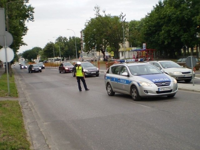 Policja kieruje ruchem. Na wiadukt od strony dworca PKP i ulicy Knyszyńskiej mogą wjeżdżać jedynie pojazdy uprzywilejowane i autobusy