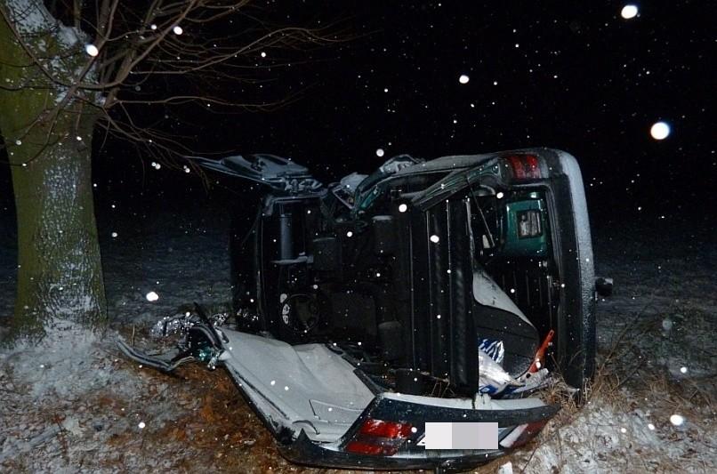 W pojeździe był uwięziony kierowca. Uwolnili go strażacy.