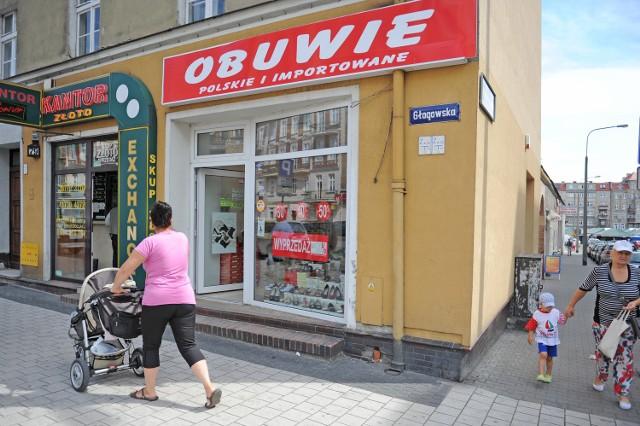 W sklepie przy ul. Głogowskiej usłyszeliśmy, że kobiety, które przychodzą na zakupy z wózkami dziecięcymi kradną. Dlatego wprowadzono zakaz