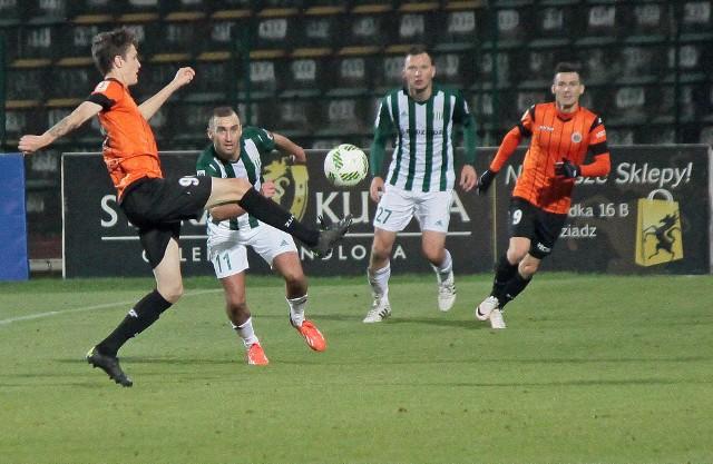 W rundzie jesiennej Olimpia (biało-zielone stroje) pokonała Chrobrego 2:1