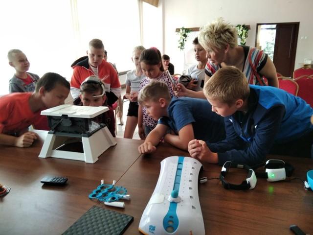 Przy użyciu technologii 3D uczestnicy warsztatów fizyczno-astronomicznych zorganizowanych w Dobrzyńskim Domu Kultury ŻAK przenieśli się na stację kosmiczną.