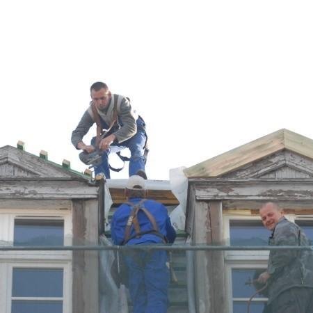 Na samym szczycie rynkowej kamienicy prace dekarskie wykonuje Radosław Kuzak z wolsztyńskiej firmy Dom Dach