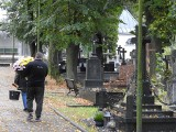 Białostockie cmentarze trzy tygodnie przed Wszystkimi Świętymi. Ludzie porządkują groby