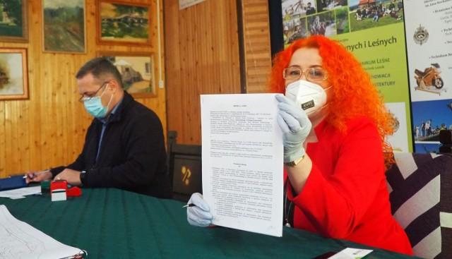 Podpisaną umowę prezentuje Elżbieta Cichawa-Grabowska, wicedyrektor Zespołu Szkół Drzewnych i Leśnych w Garbatce-Letnisku.