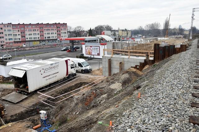 Prawy pas ul. Batalionów Chłopskich przy stacji Orlen ma być zamknięty przez miesiąc. Obok postępuje budowa estakady nad ul. Oleską.