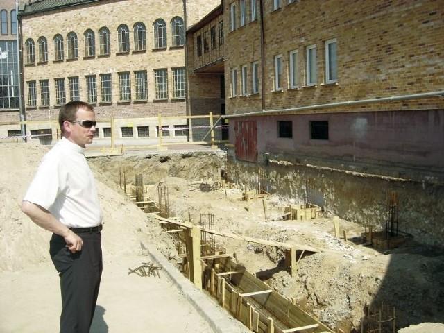 Budynek szkoły nie spełnia warunków, a dla nas priorytetowym jest bezpieczeństwo dzieci. Dlatego rozbudowujemy szkołę - mówi ks. Krzysztof Jurczak, proboszcz parafii pw. św. Krzyża w Łapach. Nie potrafi jednak powiedzieć ile będzie kosztowała inwestycja.