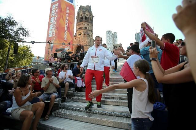 Dzień po konkursie - w środę - Wojciech Nowicki i Paweł Fajdek odebrali złoty i srebrny medal mistrzostw Europy w Lekkoatletyce. Ceremonia odbyła się nie na Stadionie Olimpijskim, ale w centrum miasta w specjalnej strefie kibica.