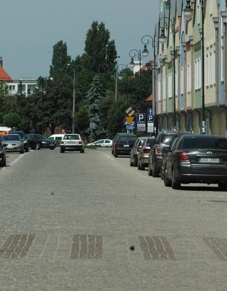 Na ul. Słodowej leży pył, który wzniecany przez przejeżdżające samochody wdziera się do lokali, osadza się na szybach i ubraniach.