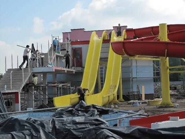 Prace przy przebudowie kompleksu odkrytych basenów trwa. 23 czerwca mają być oddane do użytku.