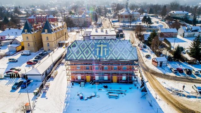 Dworzec autobusowo-kolejowy, budowany przy ul. Dembowskiego w Wieliczce ma być gotowy w sierpniu 2021 roku. Nowy obiekt nie podoba się większości mieszkańców, ale wzniesienie dworca w takim kształcie i kolorystyce nakazał wojewódzki konserwator zabytków