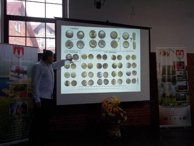 Dr Marcin Rudnicki zaprezentował fotografie kilkudziesięciu monet celtyckich, w większości uznawanych za lokalne emisje