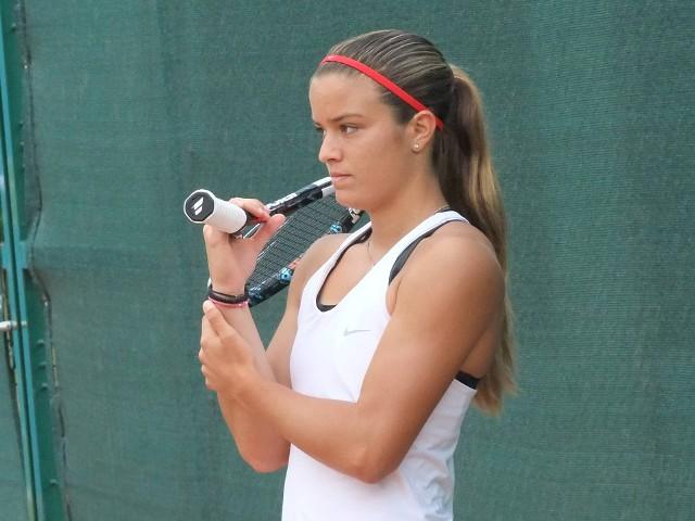 W środowe popołudnie fani tenisa emocjonowali się ćwierćfinałowym pojedynkiem Igi Świątek z Marią Sakkari na kortach Rolanda Garrosa. Mecz wygrała Greczynka, którą czeka teraz półfinał z Barborą Krejcikovą. Zawodniczki znają się od lat - w 2014 roku zagrały w finale turnieju ITF Bella Cup na kortach w Toruniu. Siedem lat temu urodziwa Sakkari, wtedy niespełna 19-letnia, została ulubienicą toruńskich kibiców. Obecnie Greczynka jest już w światowej czołówce i walczy o największy sukces w karierze.Zobacz dużo zdjęć z gry Sakkari w Toruniu ->>>>>Czytaj także:Max Fricke, Gleb Czugunow i nie tylko. Oni byli w toruńskim klubie, ale nie dostali szansyTop Cross Torunia w lasku przy ulicy Bema. Mamy dużo zdjęć biegaczy