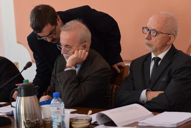 """Tadeusz Słowik (nz. z prawej) mówił po sesji, że poprawki radnych to nie """"wycinanie"""" inwestycji, tylko pomysł na inne."""