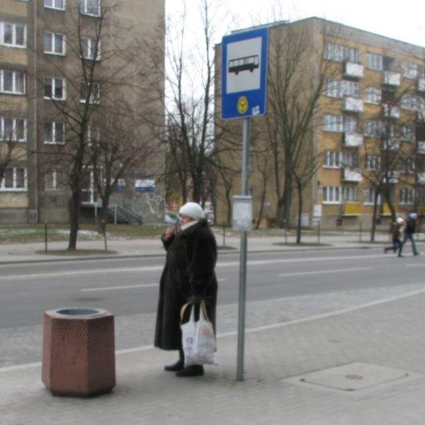 Za złamanie przepisu zakazującego palenia na przystanku autobusowym grozi mandat od 50 do 500 złotych.