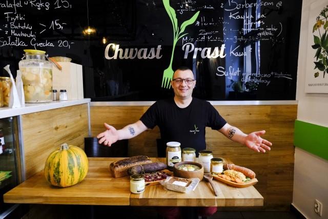 """Filip Malinowski z """"Chwast Prast Vegetrian Bistro"""" prezentuje wegańskie przysmaki na Wielkanoc: żurek, pasztet, pasty, majonezy. Jajo w żurku jest """"roślinne"""". Żółtko ma z tofu, a białko - ze śmietany sojowej."""