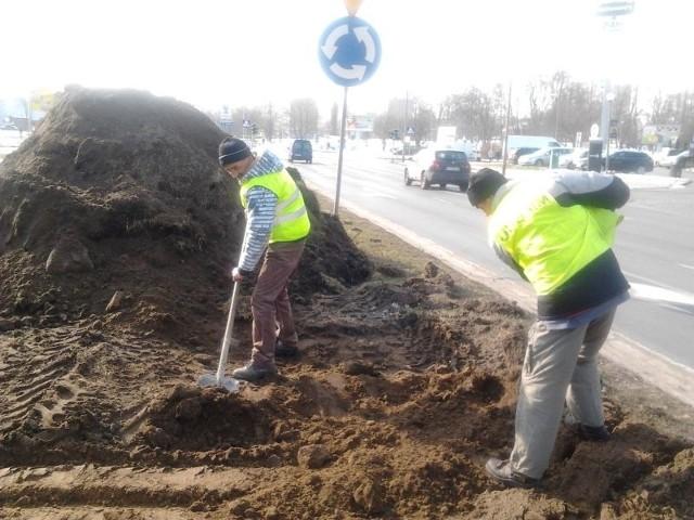 Na rondzie pojawili się pierwsi pracownicy firmy Pol-Dróg z Piły