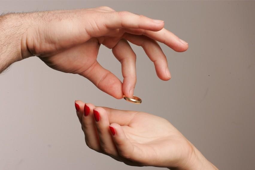 Nie wszyscy wiedzą, że po rozwodzie można się domagać alimentów od współmałżonka nie tylko na dzieci, ale także na siebie. Jakie warunki muszą być spełnione, by sąd zasądził alimenty dla współmałżonka? Wyjaśniamy na kolejnych slajdach.Wideo: Zbigniew Roman: Jeżeli nam brakuje nam pieniędzy do tego, żeby przeżyć, to możemy pozwać najbliższą rodzinę, ale zaczynamy od byłego małżonkaźródło: Dzień Dobry TVN/x-news
