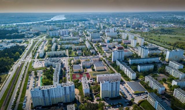 """Tylko lokatorzy mieszkań komunalnych i socjalnych mają łącznie blisko 16 mln zł zadłużenia w opłatach. W spółdzielni mieszkaniowej """"Na Skarpie"""" długi ma ponad 2,5 tysiąca osób.Z danych Biura Informacji Kredytowej wynika, że województwo kujawsko-pomorskie jest obecnie najbardziej zadłużonym regionem w kraju pod względem niepłaconych czynszów mieszkaniowych. Łączna kwota zgłoszonych zaległości sięga u nas blisko 79 mln zł, a przeciętny dług wynosi 25,5 tys. zł (to dane z końca minionego roku).""""Nowości"""" sprawdziły, jak wyglądają lokatorskie długi w mieszkaniach komunalnych, socjalnych oraz trzech największych spółdzielniach mieszkaniowych Torunia. Zapytaliśmy też, czy rok pandemii miał wpływ na stan zadłużenia.Czytaj dalej. Przesuwaj zdjęcia w prawo - naciśnij strzałkę lub przycisk NASTĘPNEPOLECAMY RÓWNIEŻ: Toruńskie osiedla z lotu ptaka. Może wypatrzysz swój dom? Zobacz zdjęcia z drona"""