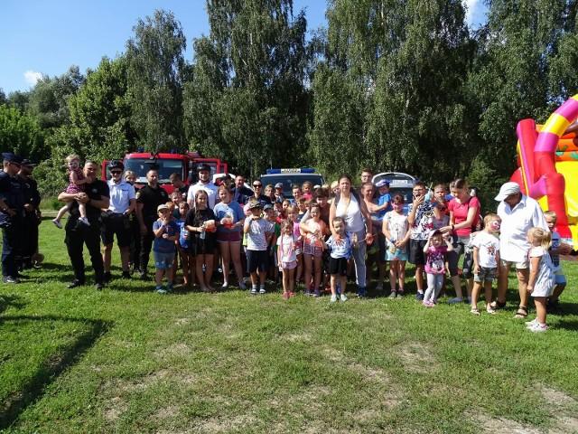 Dzieci bawiły się na palcu KP PSP w Chełmnie z przedstawicielami służb mundurowych: strażakami, strażnikami miejskimi i policjantami