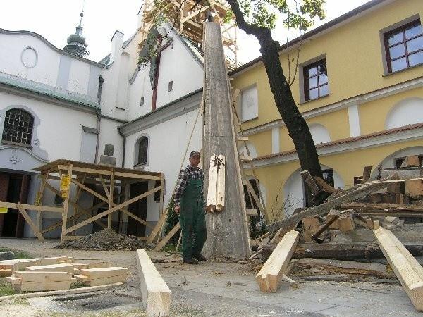 Na zdjęciu: Kazimierz Łacek, kierownik prac,  podczas transportu elementów na remontowaną  wieżę.